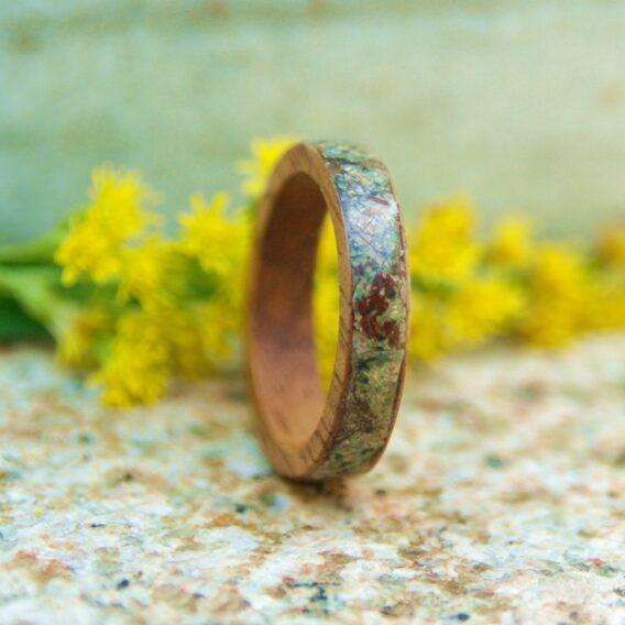 кольцо из дерева с инкрустацией