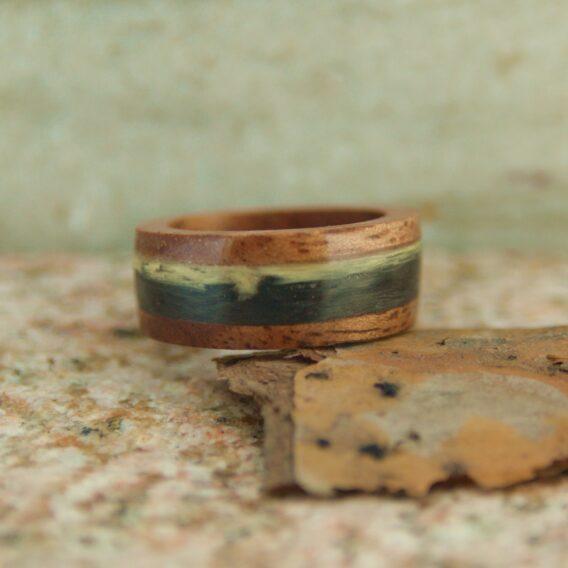 кольцо из дерева и карбона