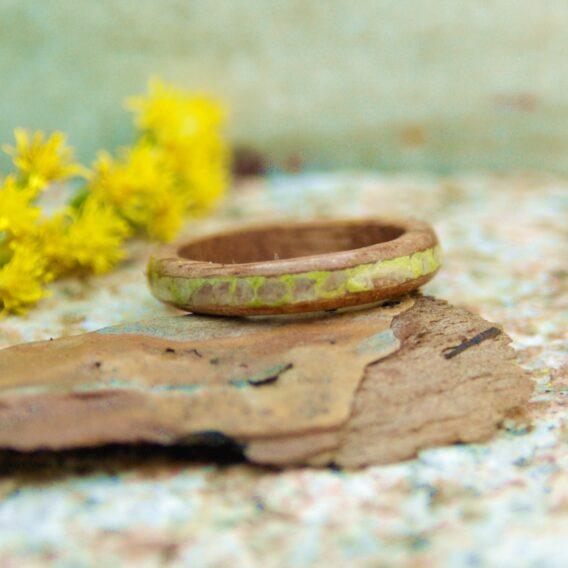кольцо из дерева с ониксом