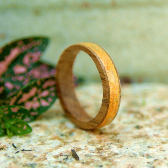 кольцо из дерева с вставкой