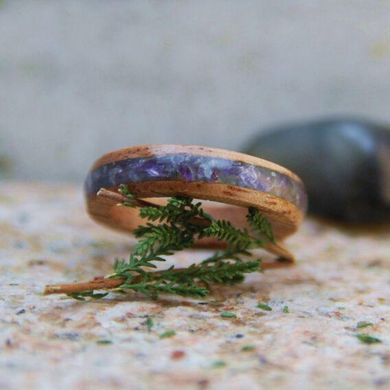 кольцо из дерева с аметистом