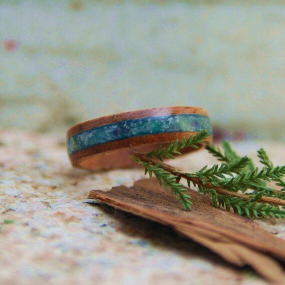 кольцо из дерева c топазом