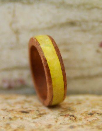 кольцо янтарь дерево