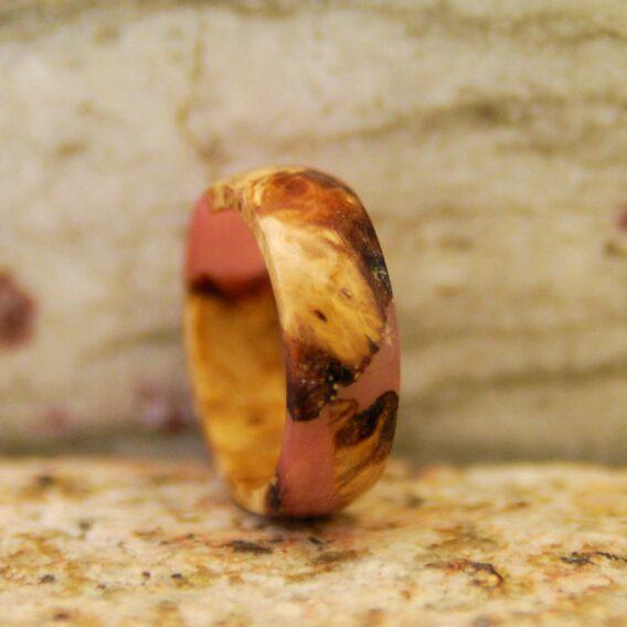 кольцо дерево и розовая смола