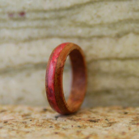 кольцо из дерева с розовой полосой