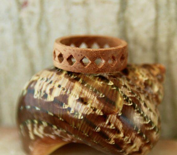 резное кольцо из дерева