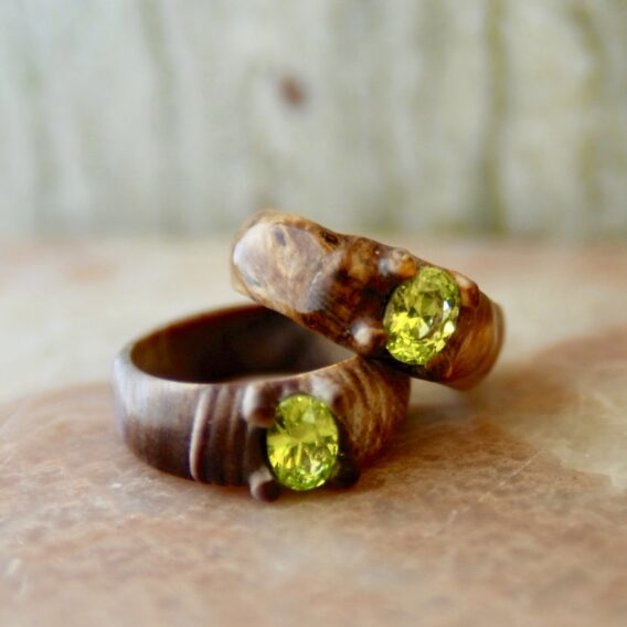 деревянное кольцо с кристаллом