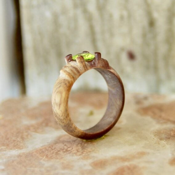 кольцо из дерева с кристаллом