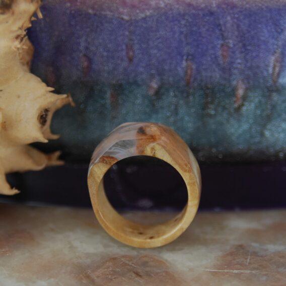 кольцо из стабилизированной древесины. деревянное кольцо из капа березы со смолой.
