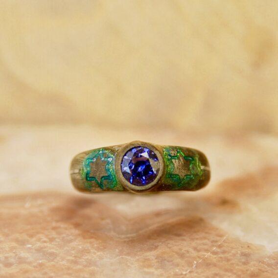 кольцо из стабилизированного дерева с кристаллом танзанита, деревянное кольцо из сувели, green wooden ring, wooden ring with crystal tanzanit