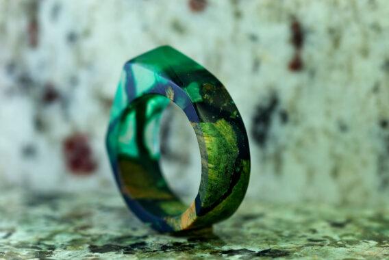 Деревянное кольцо с ювелирной смолой wooden ring with epoxy