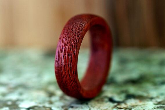 Деревянное кольцо из брашированного красного дерева wooden ring redwood brushed
