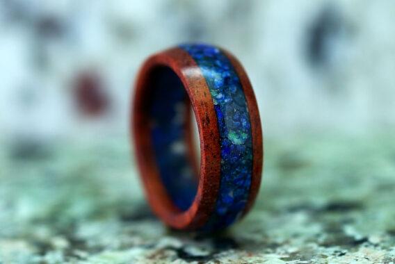 Кольцо из красного дерева с камнем лазурит wooden ring from redwood and lazurite stone