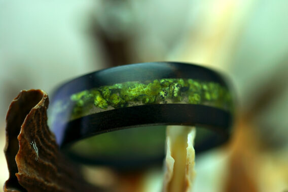 Кольцо из черного дерева с камнем змеевик wooden ring serpentine stone